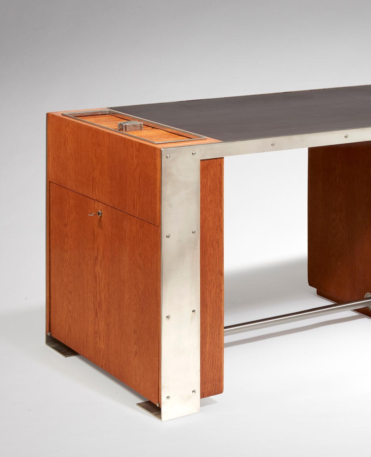 Paul Dupré-Lafon (1900-1971), bureau moderniste, vers1940, structure en placage de chêne et métal nickelé, plateau rectangulaire en suspension recouv
