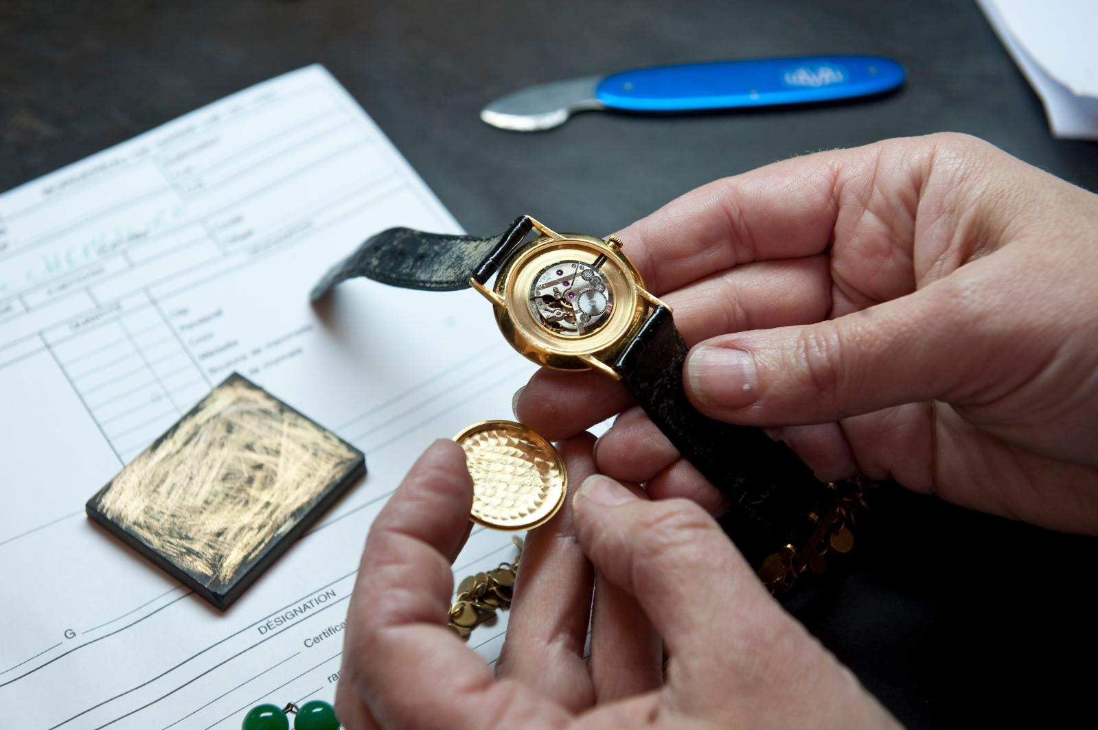 Lors de l'expertise, ouverture d'une montre pour en vérifier le mécanisme.