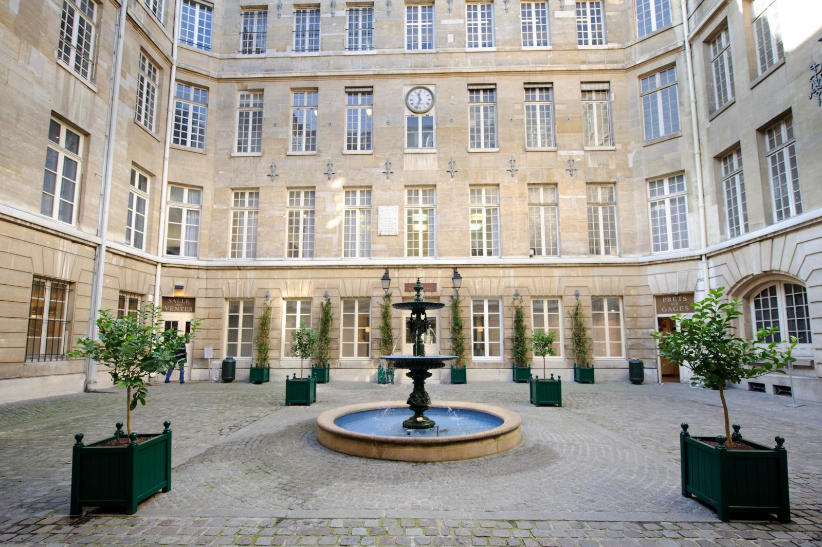 La cour Framboisier de Beaunay, ouvrant d'un côté sur la salle de prêt sur gage, de l'autre sur la salle des ventes.