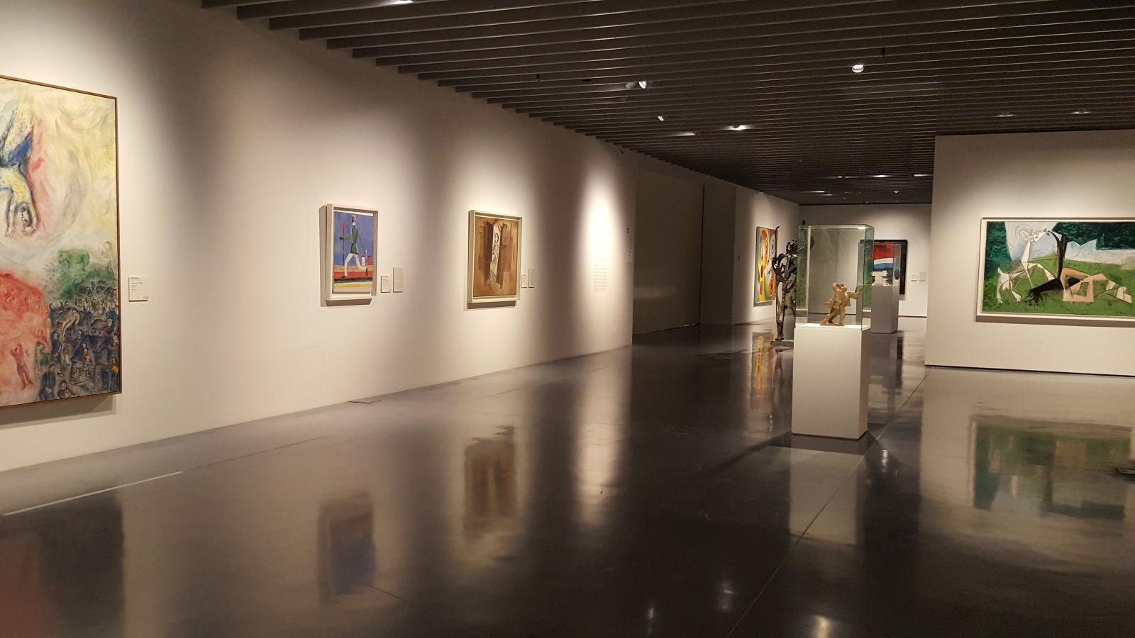 Vue de l'exposition semi-permanente «Utopies modernes», Centre Pompidou Málaga.