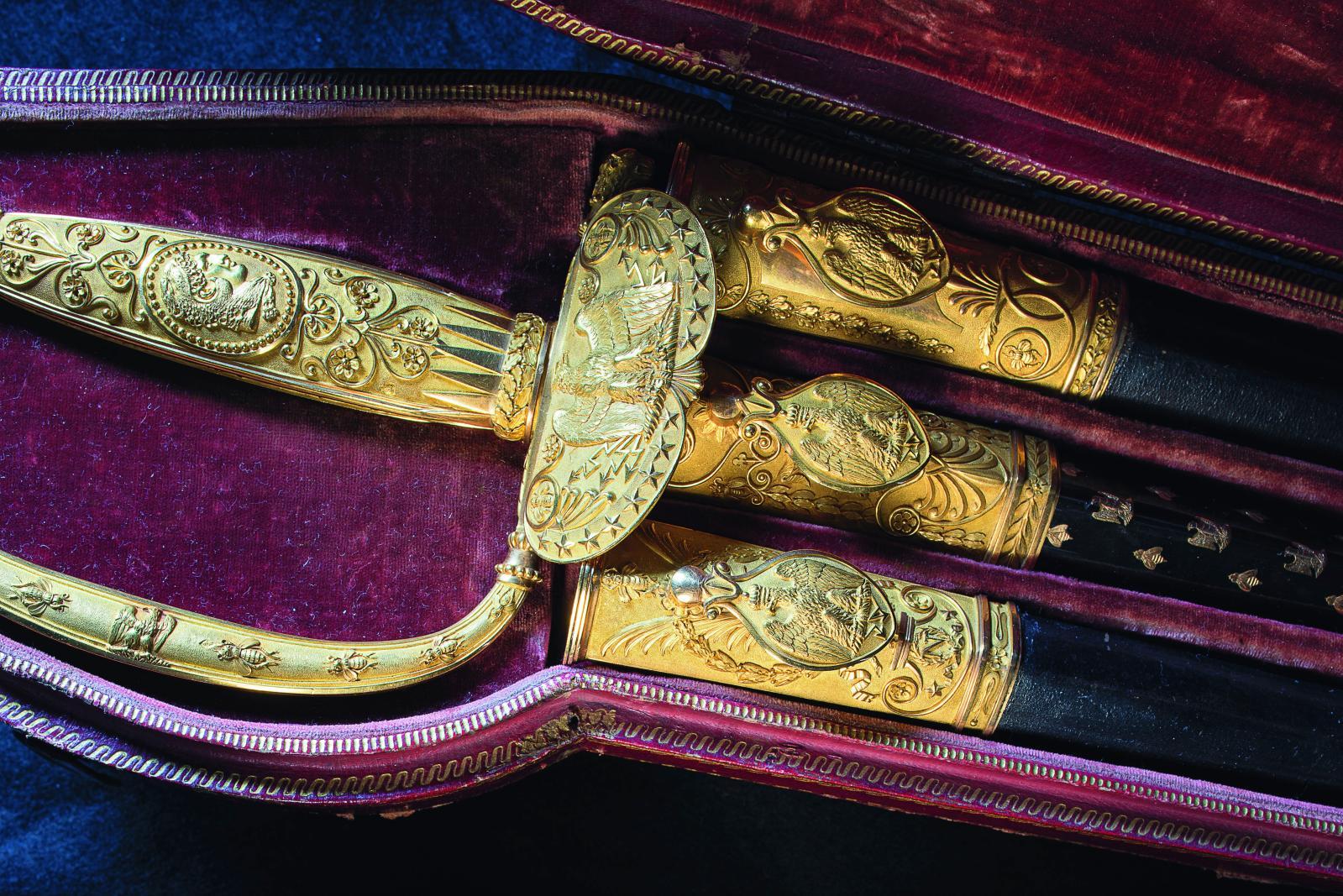 Martin et Guillaume Biennais, l'épée de l'Empereur et ses trois fourreaux dans leur étui en maroquin, 1806, or, acier doré et bleui, écaille (détail).