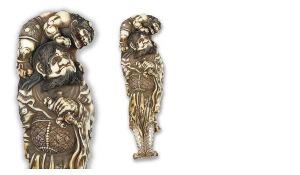 Netsuke en ivoire à patine ambrée représentant Shoki debout luttant contre les démons Oni, H. 13,1 cm.127 375 € frais compris.La Varenne-Saint-Hilaire
