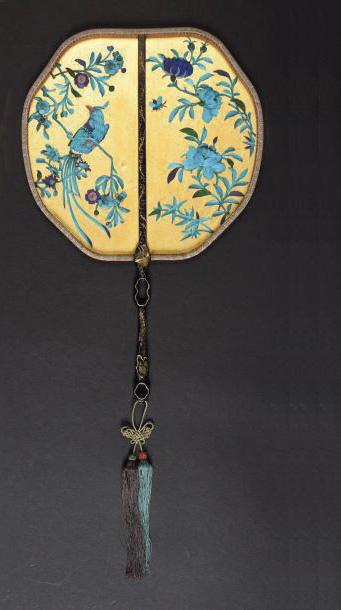 8595€. Chine. Écran à main en soie, à décor en relief de fleurs et d'oiseaux de paradis réalisé en plumes de martin-pêcheur, manche en bambou laqué,