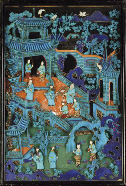 9605€. Chine, époque Guangxu (1875-1908). Écran en bois et plumes de martin-pêcheur représentant une scène animée de dignitaires, joueurs de go et s