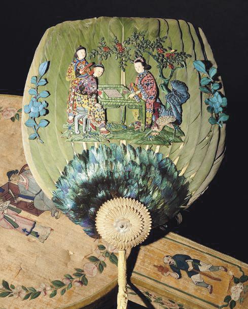 45000€. Milieu du XIXesiècle. Éventail toutes faces en plumes de martin-pêcheur rehaussé de décors en relief dans le goût chinois, offert par l'imp