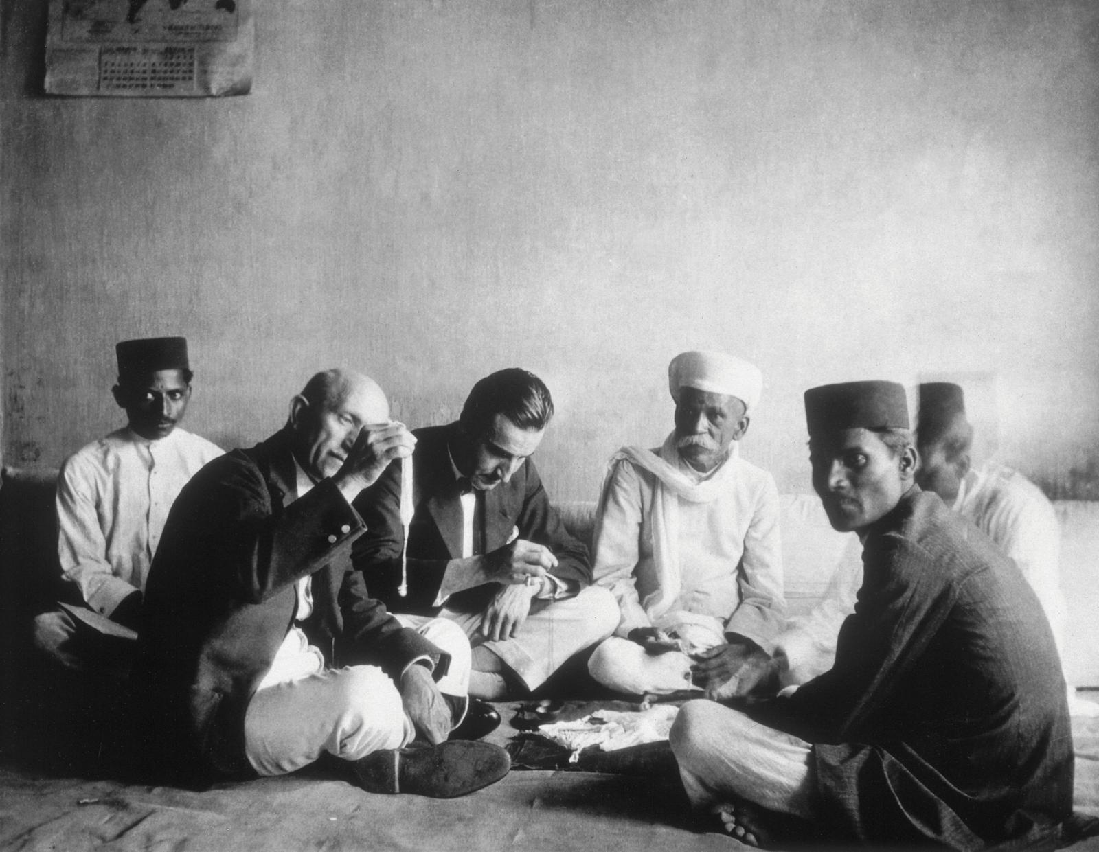 Groupe de négociants indiens entourant Louis Boucheron, vers 1914-1920.