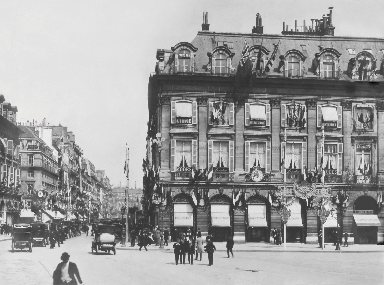 Facade de la boutique Boucheron, place Vendôme à Paris, pavoisée pour la venue du roi GeorgeV et de la reine Mary, 1914.