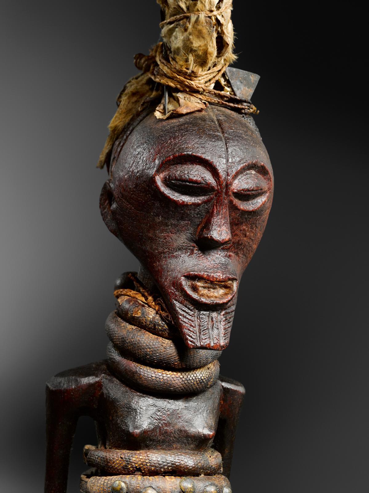Statue songye, République démocratique du Congo, bois, métal, tissu, h.49cm. Galerie Montagut, Barcelone.