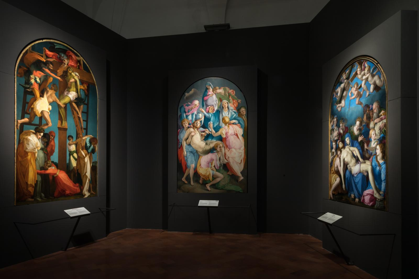 Vue de l'exposition avec les trois Dépositions de Rosso, de Pontormo et de Bronzino.