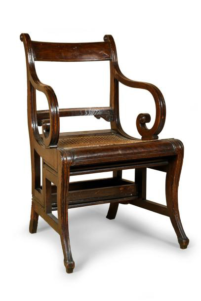 2022€. Angleterre, fin du XIXesiècle, fauteuil canné transformable en escalier de bibliothèque, bois teinté, marches gainées de cuir rouge, 90x53