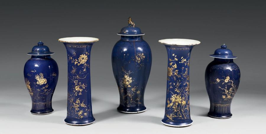 15 024 €. Garniture en porcelaine de Chine bleu poudré d'or, comprenant une grande potiche, une paire de potiches plus petites et deux vases cornet, é