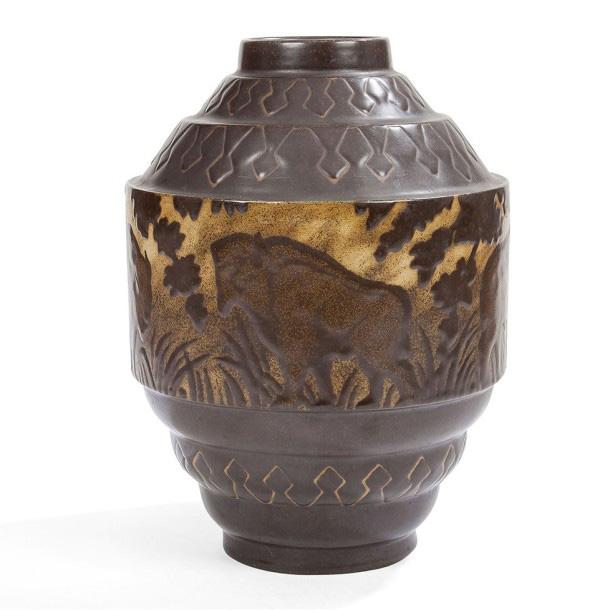 12500€. Charles Catteau (1880-1966), Keramis, la Louvière, Les Bisons, vase cylindrique, épreuve en grès à couvercle brun et beige, h.35cm. Drouot