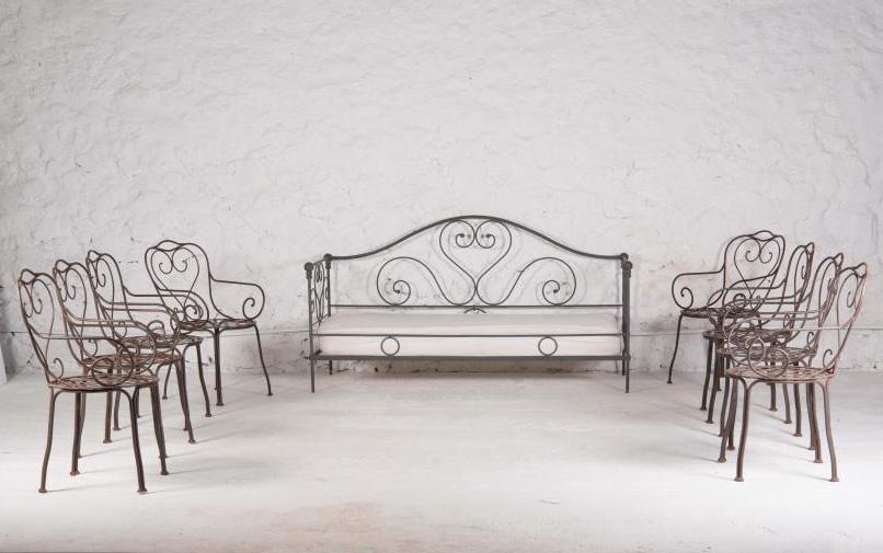 2552€. Unopiù, mobilier de jardin en fer forgé et zingué comprenant un lit de repos, deux transats, une table basse roulante et huit chaises. Marsei