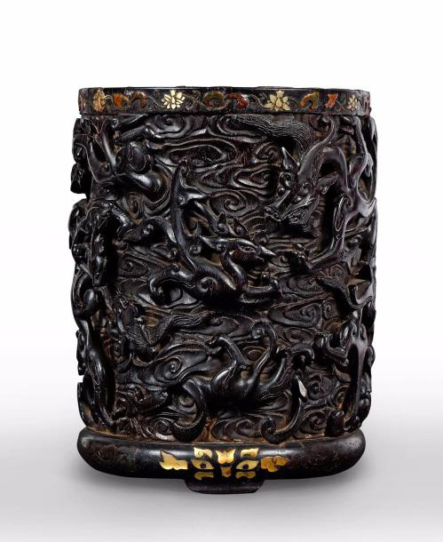205679€ Chine, dynastie Ming, époque XVIIesiècle. Pot à pinceaux bitong en bois de santal sculpté de dragons et phénix affrontés, h.18,5cm, diam.