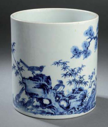 15000€ Chine, XVIIIesiècle. Pot à pinceaux en porcelaine bleu et blanc décoré des trois amis de l'hiver (le pin, le bambou et le prunus), h.14,5c