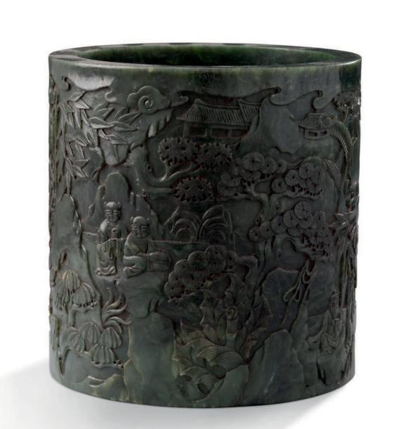 7905€ Chine, XXesiècle. Pot à pinceaux bitong en jade néphrite vert épinard à décor d'enfants et animaux sous les pins, h.16,4cm, diam.16cm. Dr