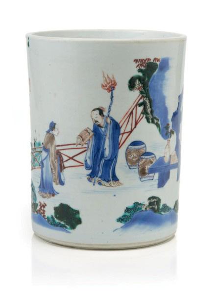 82875€ Chine, fin de l'ère Chongzhen (1628-1644). Porte-pinceaux décoré en émaux wucai et bleu sous couverte d'une scène de lettrés, h.18cm, diam.