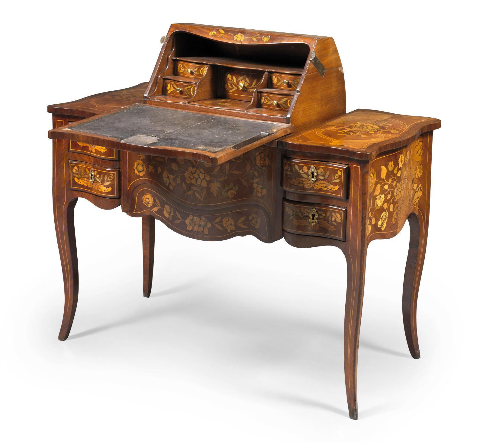 Meuble à transformations à décor marqueté, XVIIIesiècle, dégageant une liseuse découvrant un bureau capucin. 72x100,5x50cm. Paris, Drouot, 4 nov