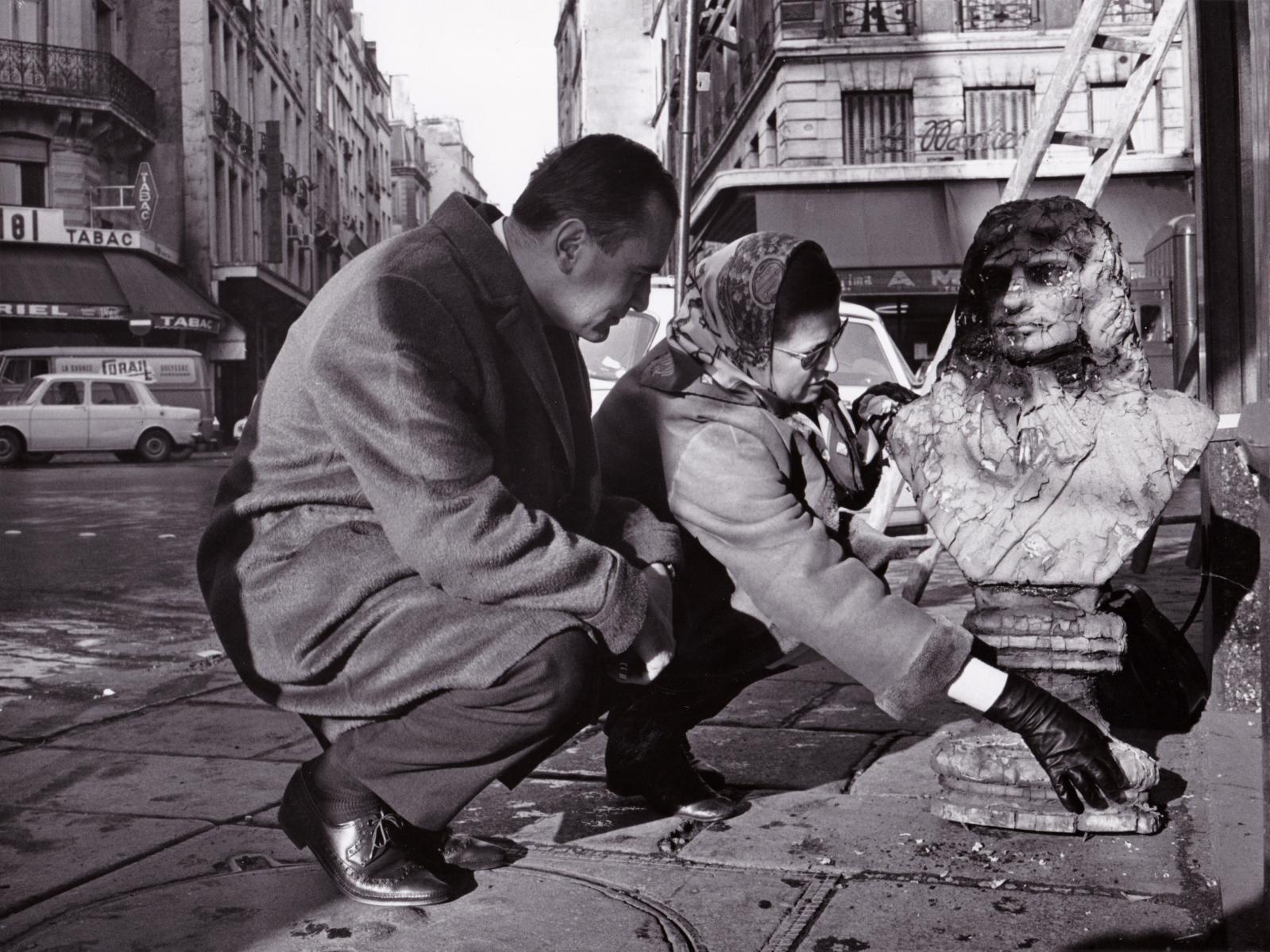 Roxane et Jacques Debuisson sauvant un buste de Molièrequi se trouvait au-dessusd'une boulangerie, rue du Pont-Neuf,au coin de la rue Saint-Honoré.