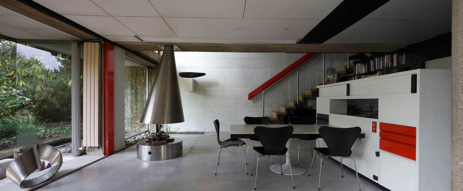 La cheminée du séjour a été dessinée par Marta Pan, ainsi que la rampe de l'escalier. Sur le mur du fond, Ébène, la première sculpture en bois réalisé