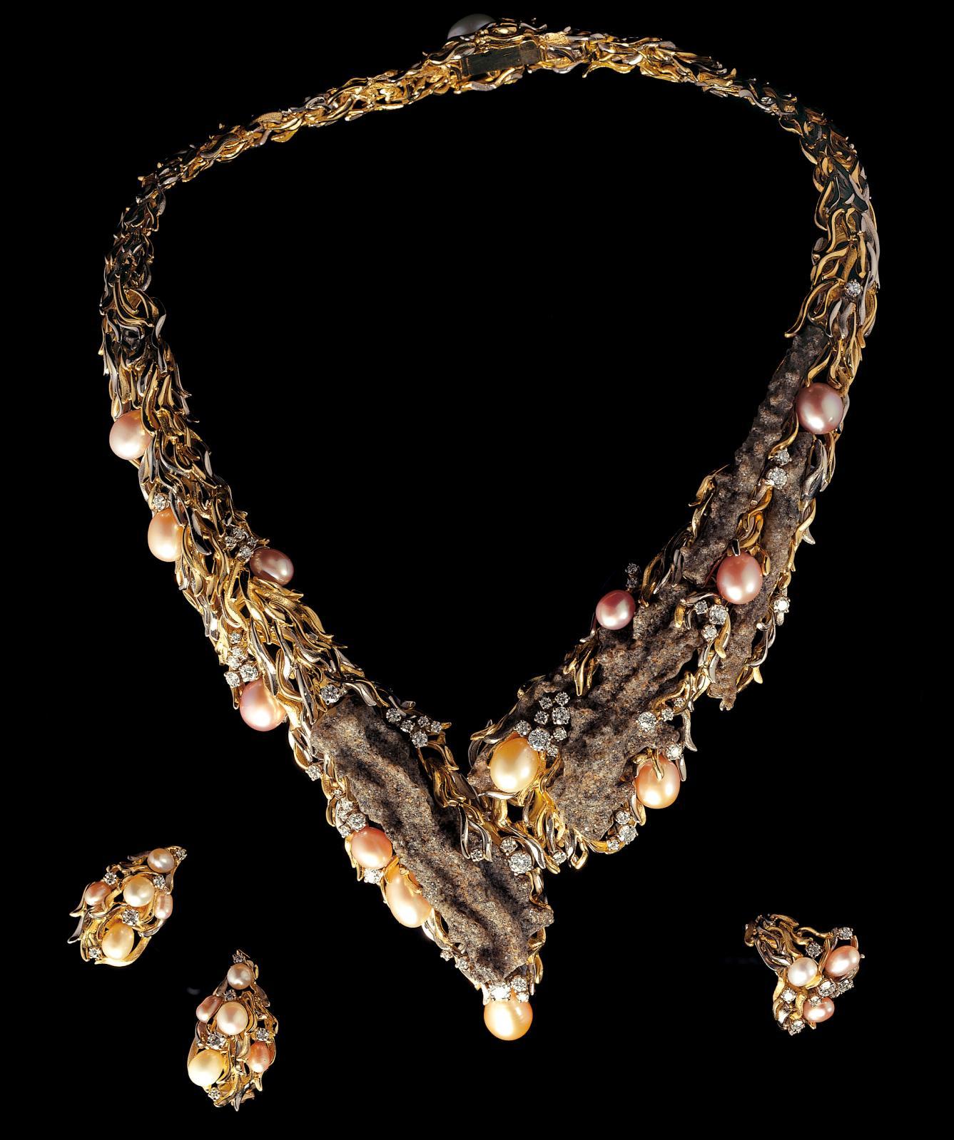 Parure en or jaune et gris, fulgurites, perles de Chine et diamants.