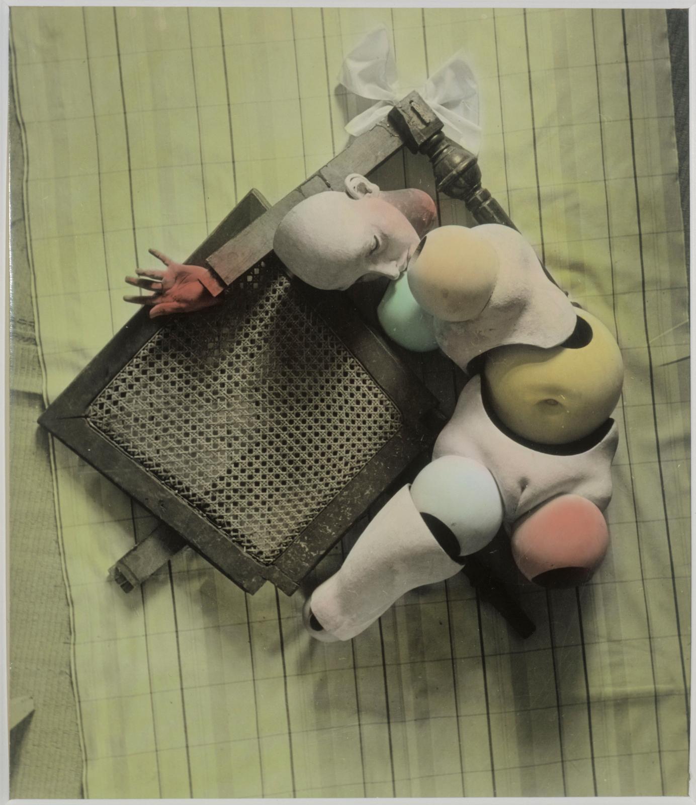 Hans Bellmer(1902-1975), La Poupée, 1938, épreuve gélatino-argentique coloriée à l'aniline, 27,1x23,6cm. Musée d'Art moderne de la Ville de Paris.