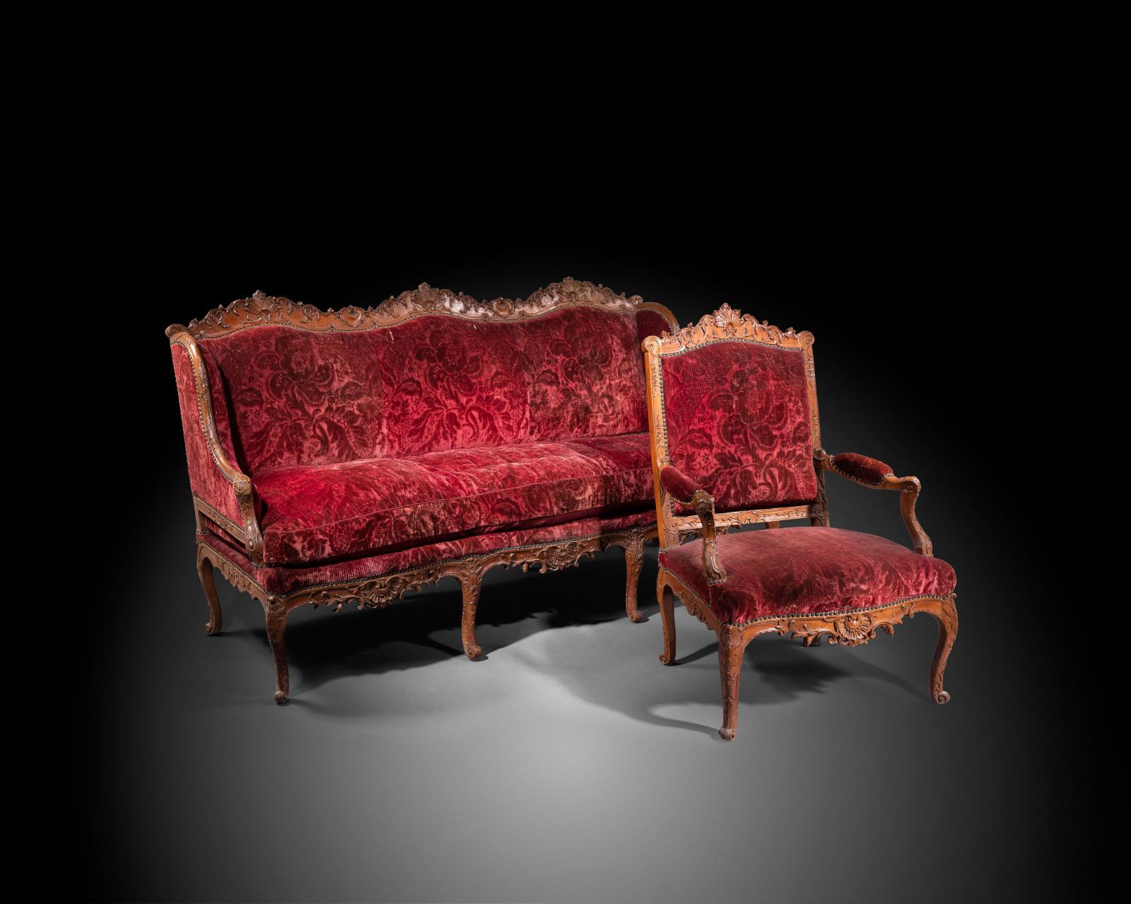 Mobilier de salon en hêtre naturel sculpté, époque Régence,composé de six fauteuils et d'un canapé à triple évolution, garniture de velours cramoisi a