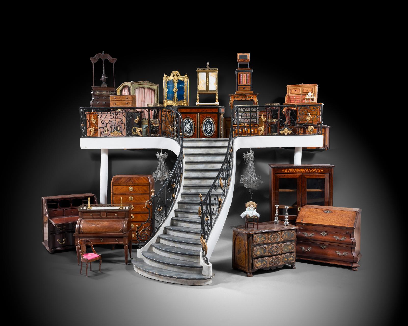 Ensemble de mobilier et escaliers miniatures en marqueterie ou en bois naturel, XVIIIe et XIXesiècles. Estimations: 150 à 1200€