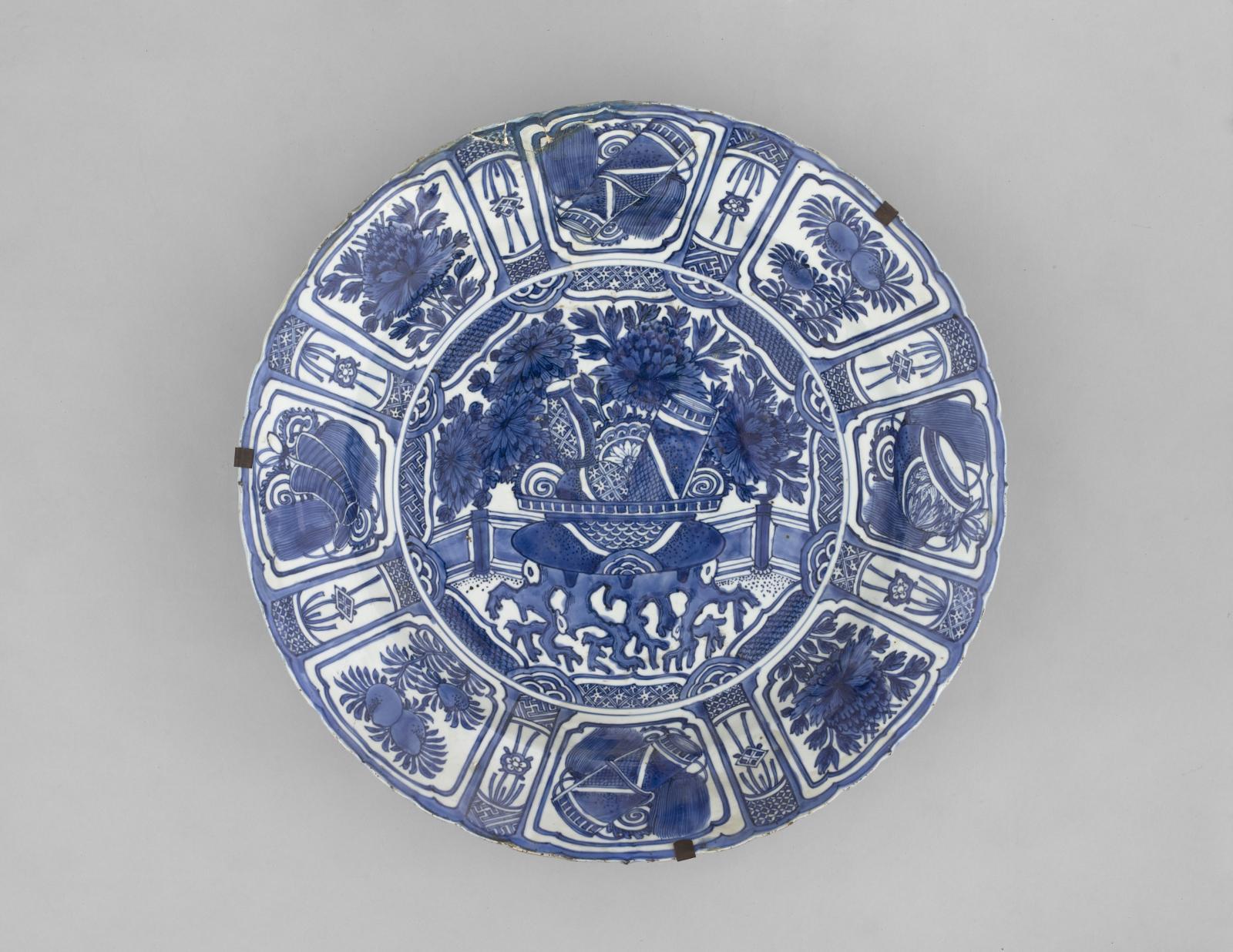 Plat à décor de jardinière, fin XVIe-début XVIIesiècle, prov. Jingdezhen (province du Jiangxi), dynastie Ming, règne de Wanli (1573-1620), porcelaine