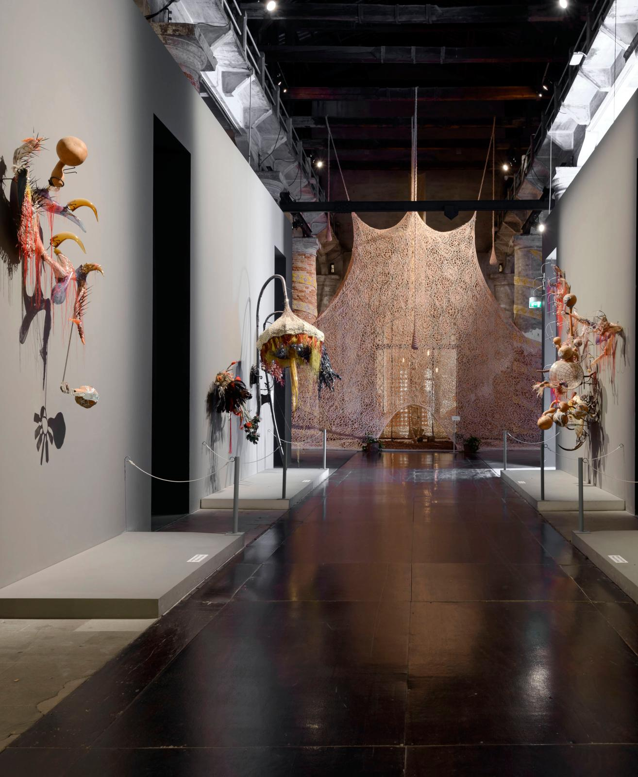 Vue du pavillon international, Biennale de Venise2017. Sur les côtés, œuvres de Rina Banerjee, artiste d'origine indienne vivant aux États-Unis repré