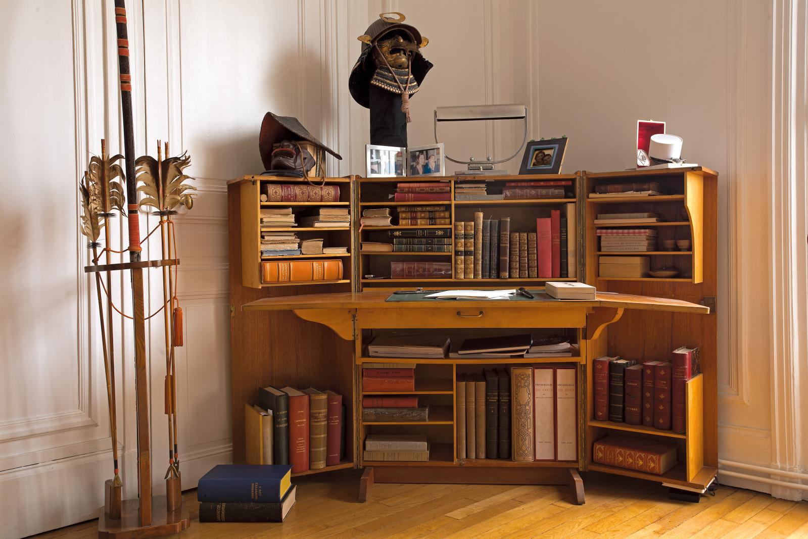 Le bureau de Thierry Marx, avec des livres des XVIIIe et XIXesiècles, un arc et un kabuto de la période Edo photo mathilde de l'écotais.