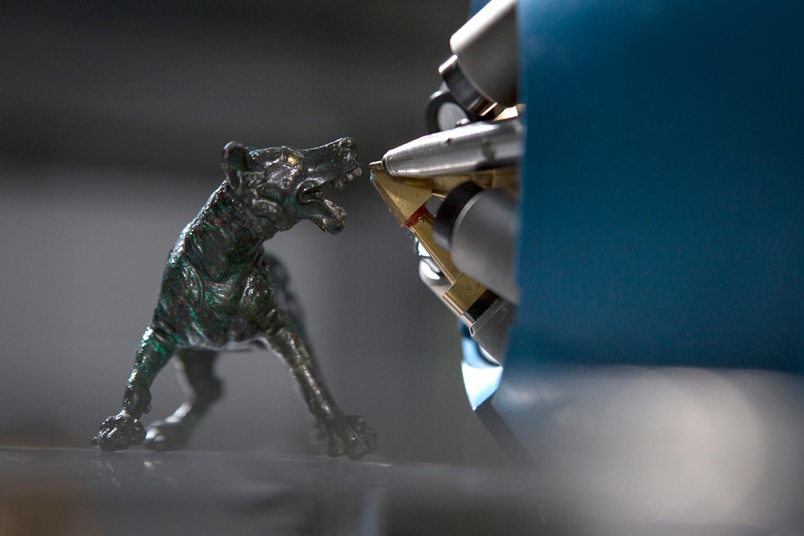 Statuette de chien en bronzeavec incrustations d'or et d'argent,du trésor de Bavay analysé à l'aidedu système AGLAÉ.