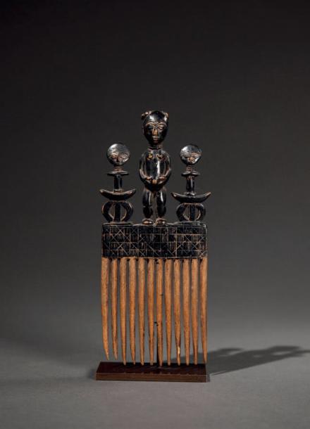 595€ Ghana, peigne ashanti en bois orné de trois personnages, h.20,5cm. La Varenne Saint-Hilaire, 8février 2015. Lombrail Teucquam OVV. M.Dufour.