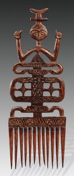 441€ Ghana, peigne de mariage ashanti à douze dents en bois à patine brune sculpté d'un personnage et d'un décor géométrique, h.35,5cm. Paris, sall