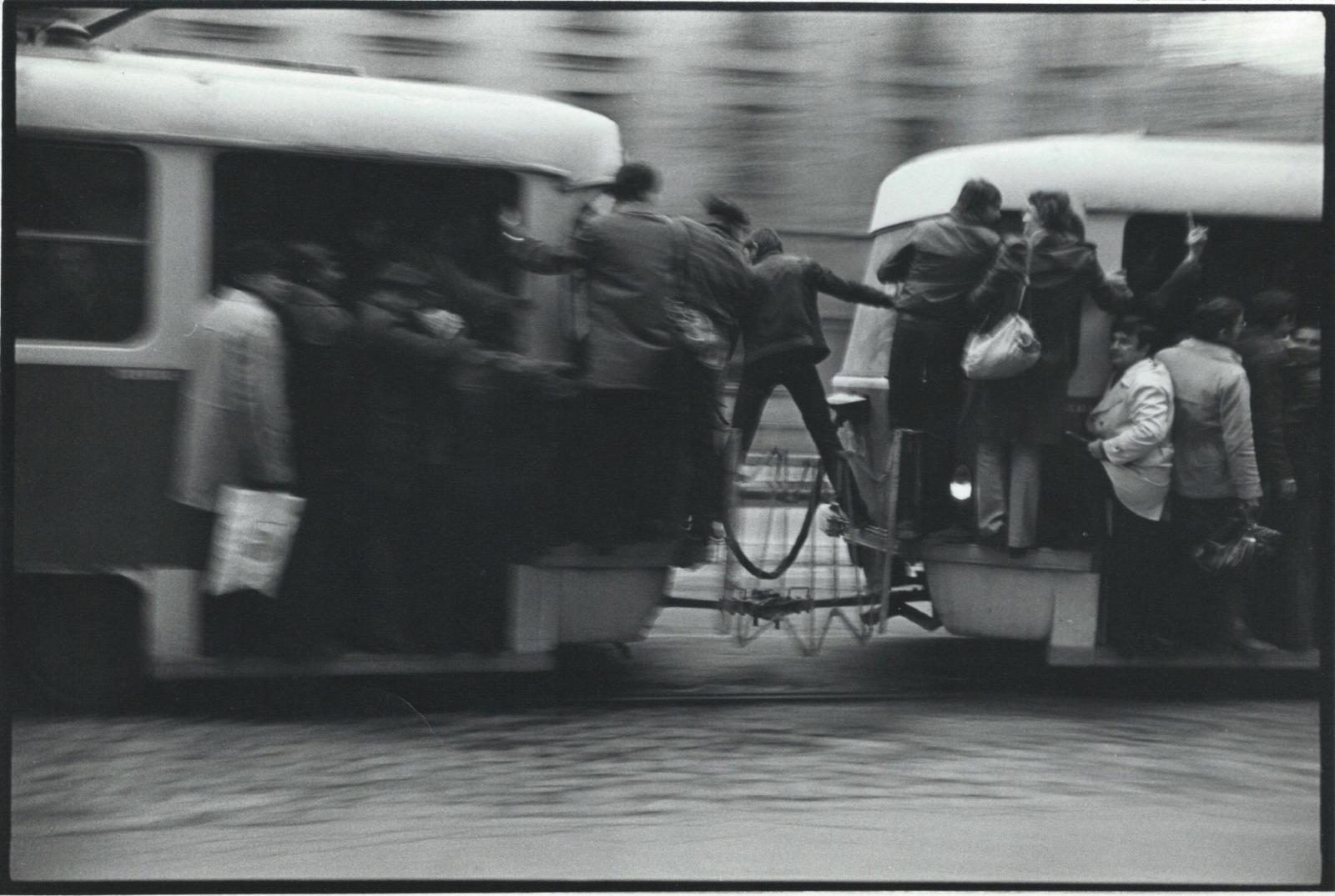 Andrei Pandele, Acrobatie entre tramways, 1983, photographie. Courtesy Ovidiu Sandor Collection