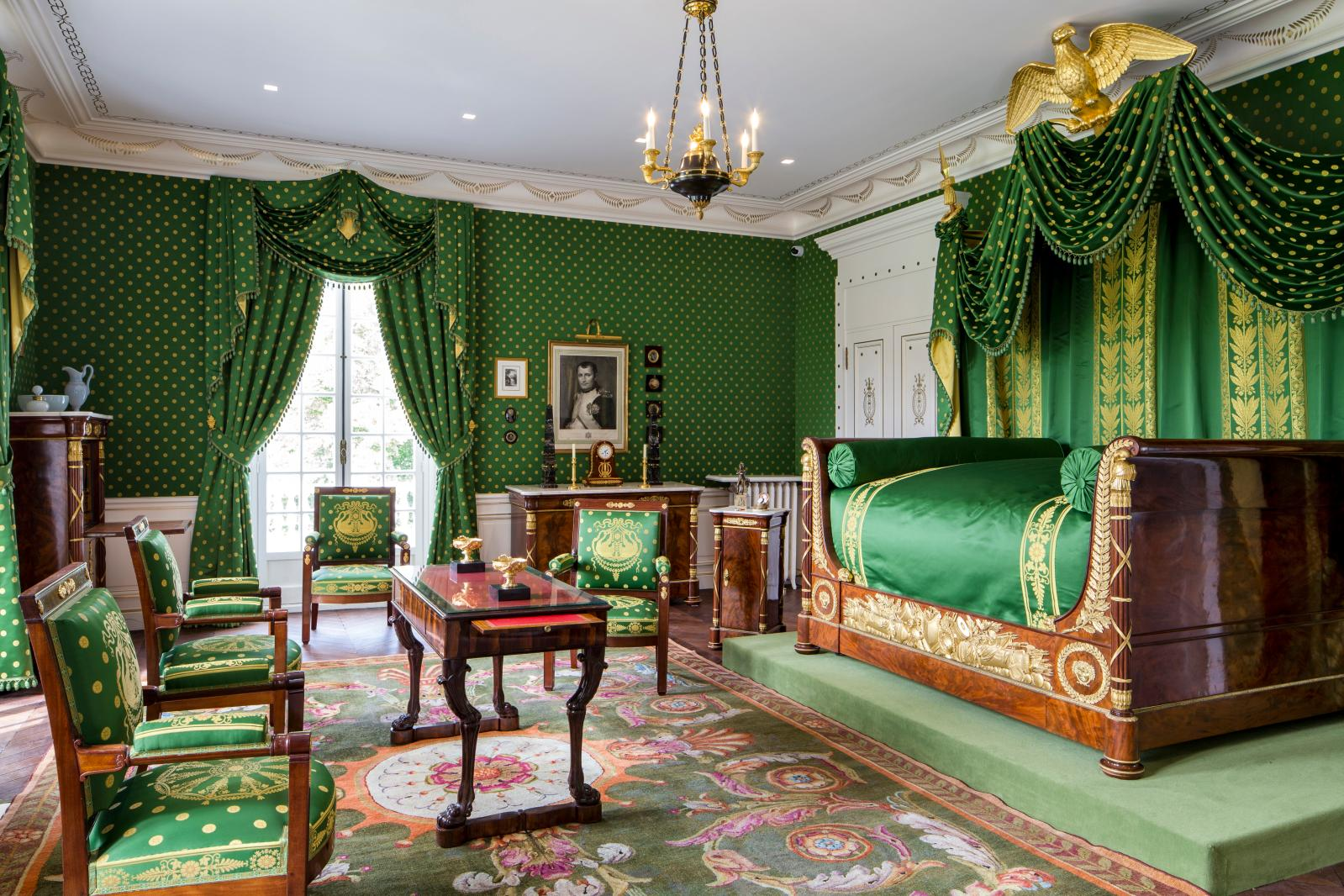 Renovated with its original furnishings, the master bedroom contains notably a bedside table, writing desk, dressing-table and, above all, a spectacul
