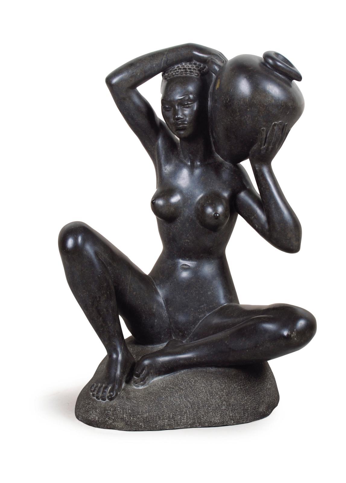 Négresse assise, granit noir, signé, 68x47x30cm. Adjugé: 16335€