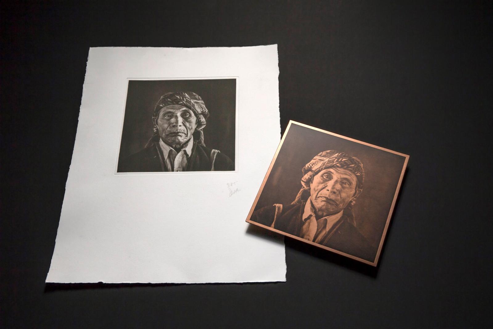 Une des matrices et l'héliogravure pour le livre Ajpatan né des photographies de Santiago Albert et des rencontres de Fanny Boucher avec le peuple May