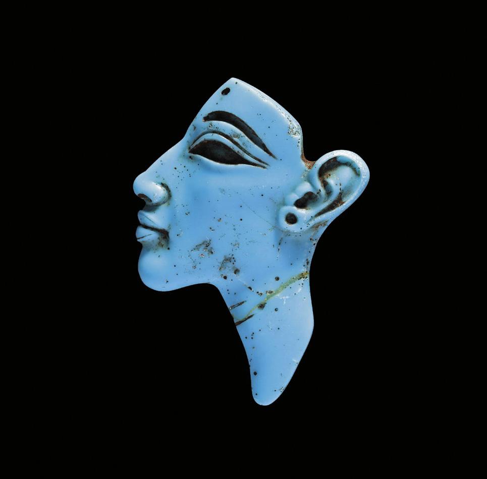 Cette représentation (h.4,5cm) en verre bleu opaque d'Akhenaton, datant de la XVIIIedynastie (vers1353-1336av.J.-C.), était d'une incroyable pré