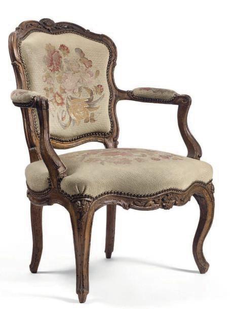 700€ Pierre Nogaret(1718-1771), époque LouisXV, fauteuil cabriolet en bois naturel mouluré et sculpté à décor de feuilles de laurier et de motifs f