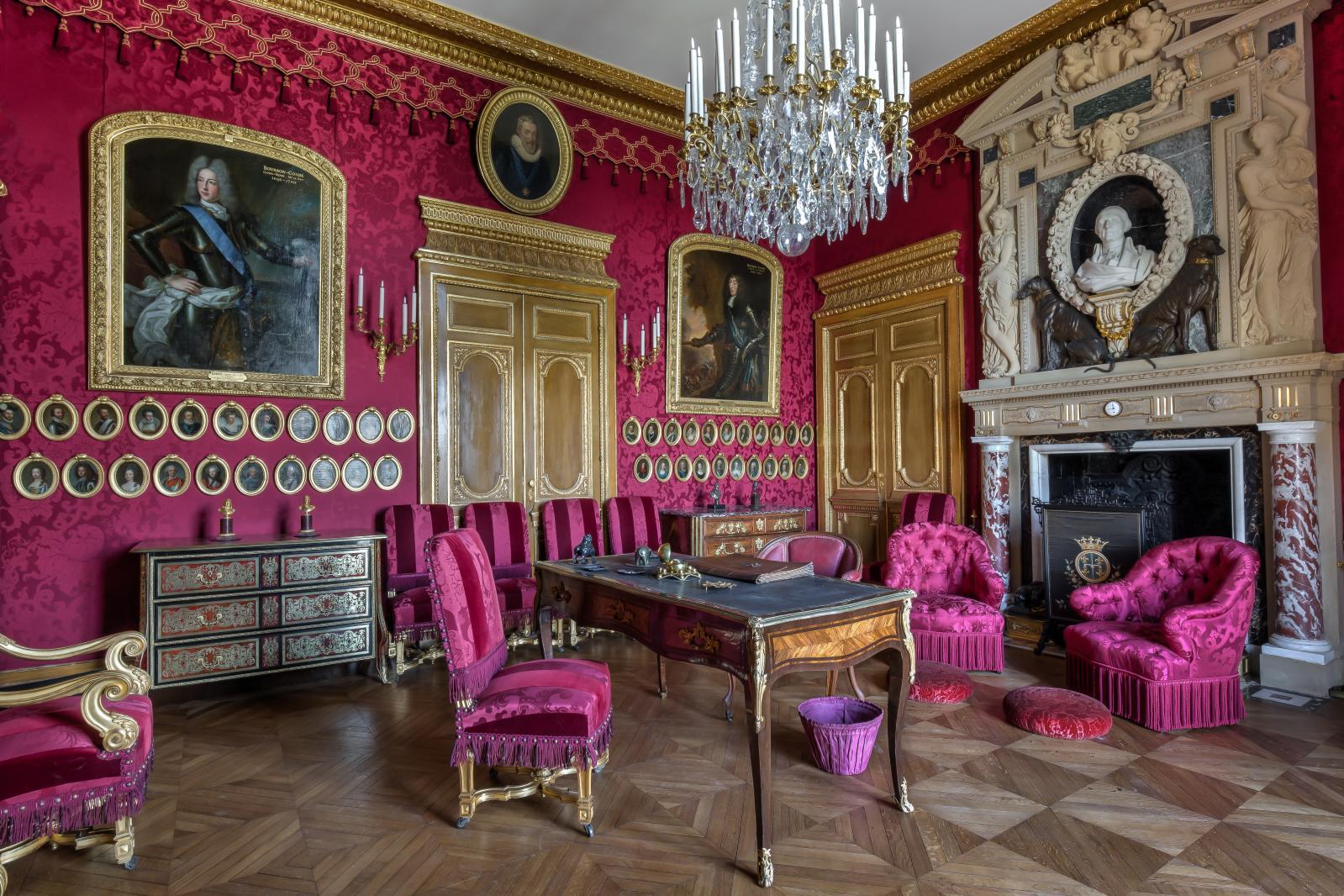 Salon de Condé, son esthétique Louis XIV glorifie la Grand Condé et la dynastie des Bourbon-Condé. Meubles Boulle et «néo-Boulle», sièges à dossier dr
