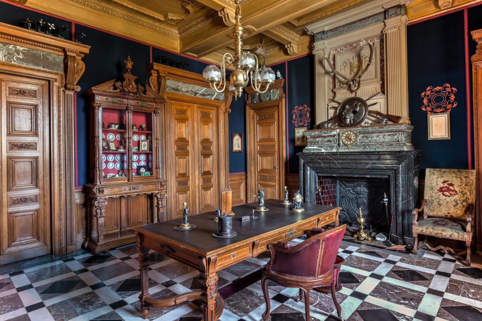 Salle à manger néo-Renaissance, transformée par la suite en bureau. Dressoir-vitrine et bibliothèques des frères Grohé. Dallage de marbre s'inspirant