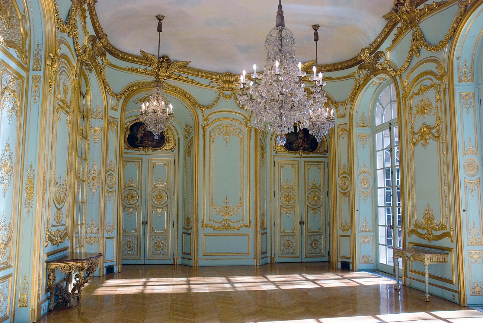 La salle de bal, ou salon doré, et ses boiseries du XVIIIe siècle.