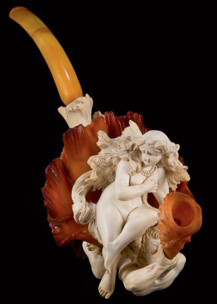 6630€ Fume-cigare en écume de mer et ambre, représentant la naissance de Vénus, assise dans un bénitier géant soutenu par trois tritons, dans son co