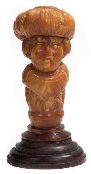 1264€ Probablement Allemagne, XVIIesiècle. Buste d'homme au turban en ambre, large col et vêtement à décor de feuillages, sans doute un manche de c