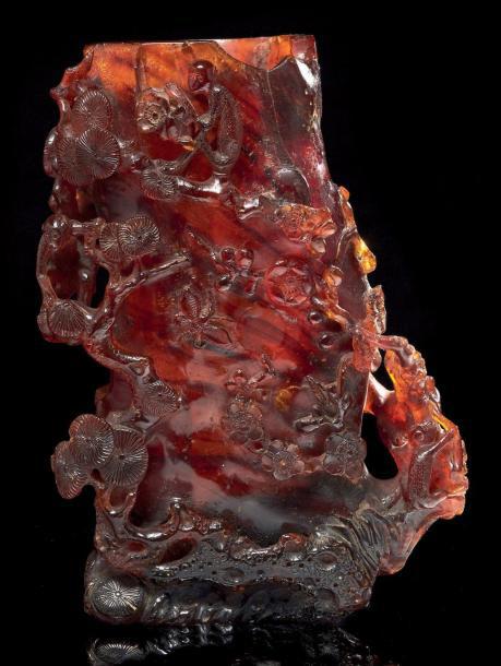 19929€ Chine, XVIIIesiècle. Vase en ambre sculpté en forme de tronc de cerisier avec branches fleuries, h.21cm. Drouot, 11octobre2013. Auction