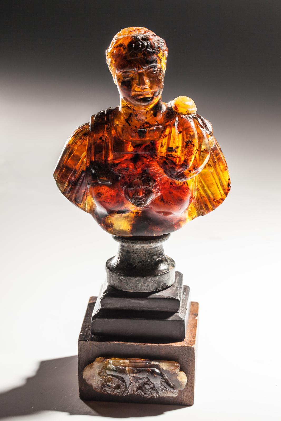22752€ Italie, XVIIIe-XIXesiècle. Buste d'empereur sculpté dans un bloc d'ambre, sur un socle à double évolution orné de la louve romaine en ambre