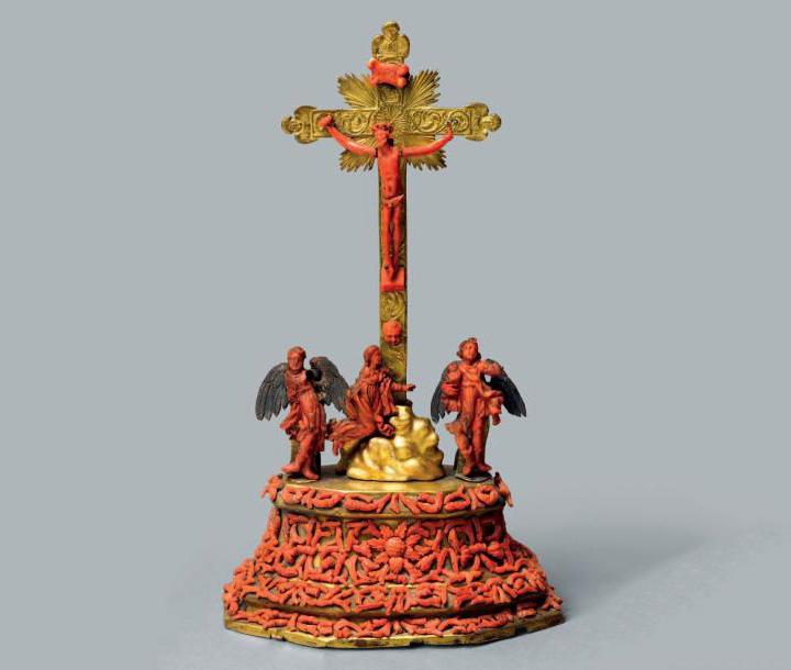 12500€ Trapani, vers 1700, calvaire en bronze ciselé et doré, argent, cuivre repoussé et doré, orné de figures et incrustations de corail, pieds en