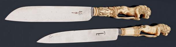 437€ Angleterre(?), XVIIIesiècle, paire de couteaux à lames d'acier, manches en ivoire à pans ou sculptés de personnages, surmontés d'un lion appuy