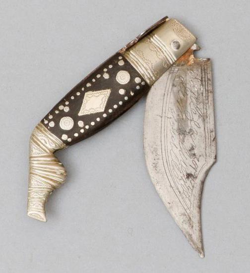 64€ Navaja, couteau pliant à manche en corne noire incrustée de métal, lame à la turque gravée d'un décor floral et d'une inscription «Soy defensor d